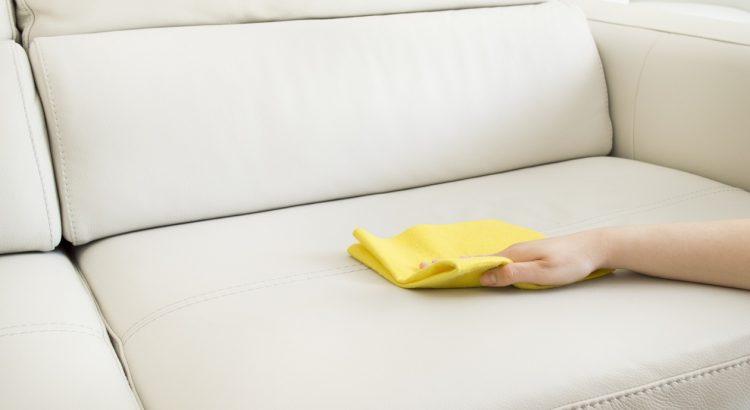 Limpieza y mantenimiento de un sofá